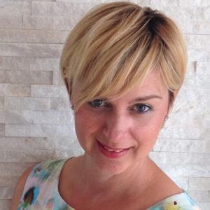 Junge Frau mit blonden kurzen Haaren
